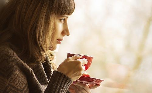 リラックスしてコーヒーを飲む女性