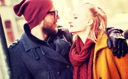 コートを着たカップル