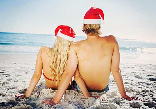 クリスマスをリゾート地で過ごすカップル
