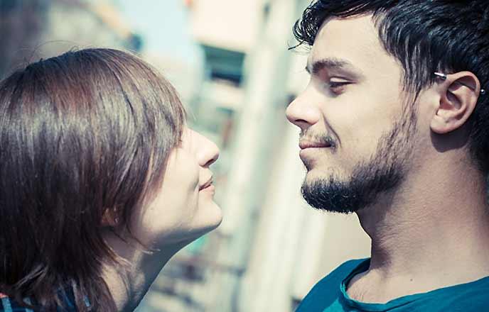 目と目が合うカップル