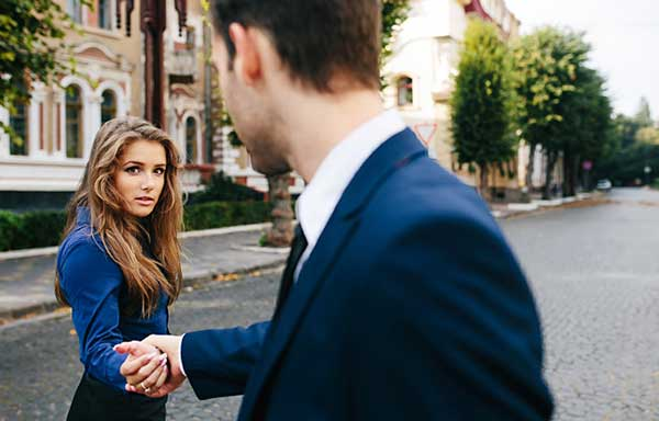 恋人を疑う女性