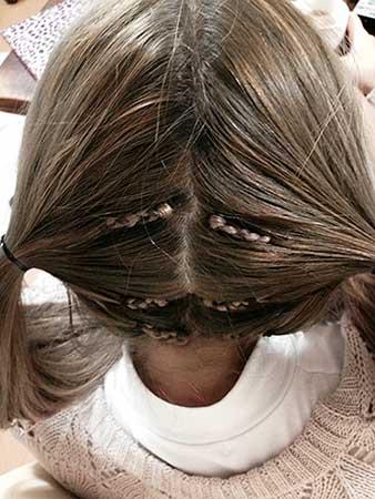 髪を2つに分ける