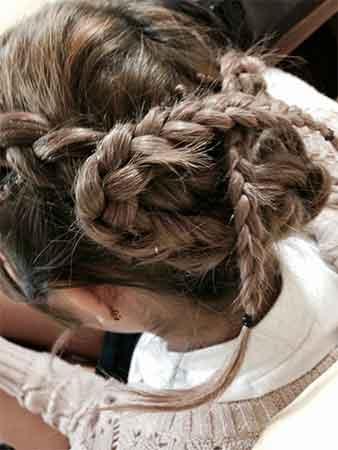 三つ編みの毛先を反対側へ①