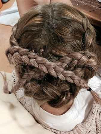三つ編みの毛先を反対側へ②