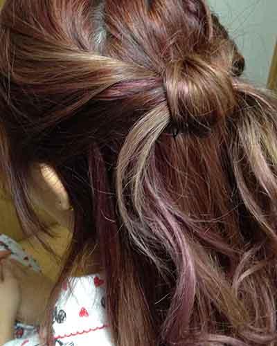 ワックスで髪の結び目を整える
