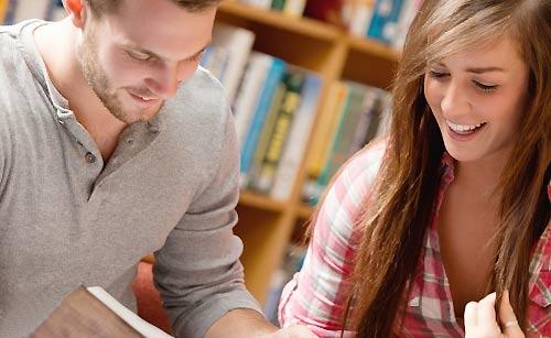 図書館に似るカップル