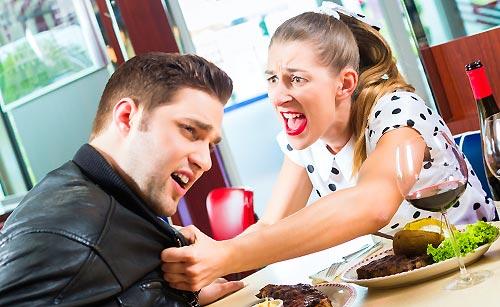 食事中に喧嘩するカップル