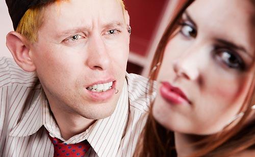 恋人に何かを訴える男性