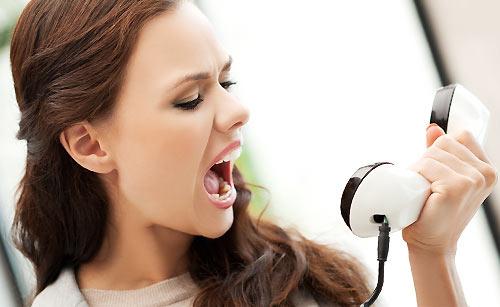 怒鳴り込む女性