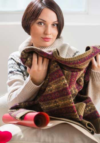 セーターの毛玉をチェックする女性