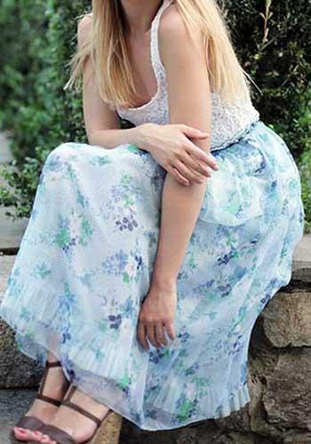 スカートの裾を気にする女性