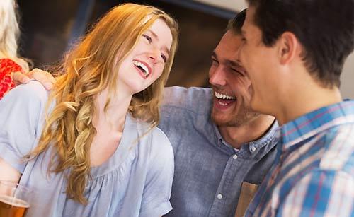 笑顔でスルーする女性