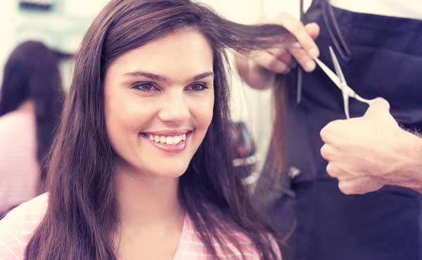 髪を切ってイメチェンする女性