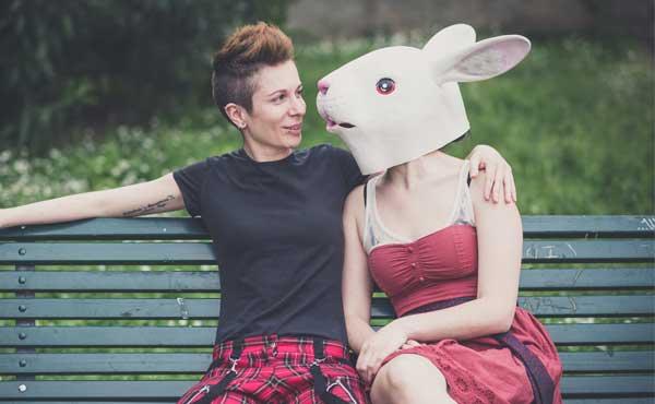 褒めておだてるウサギ女子