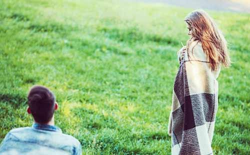 草原を眺める恋人たち