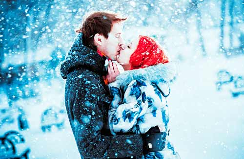 雪の中でキスをするカップル