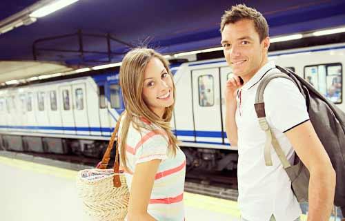 電車に乗るカップル