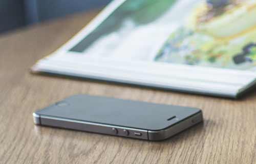 テーブルに置かれたiPhone