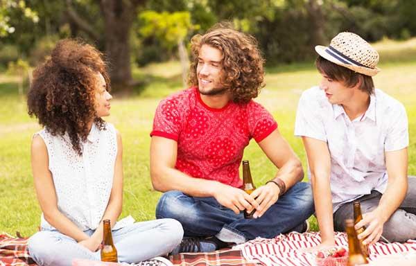 ピクニックを楽しむ男女