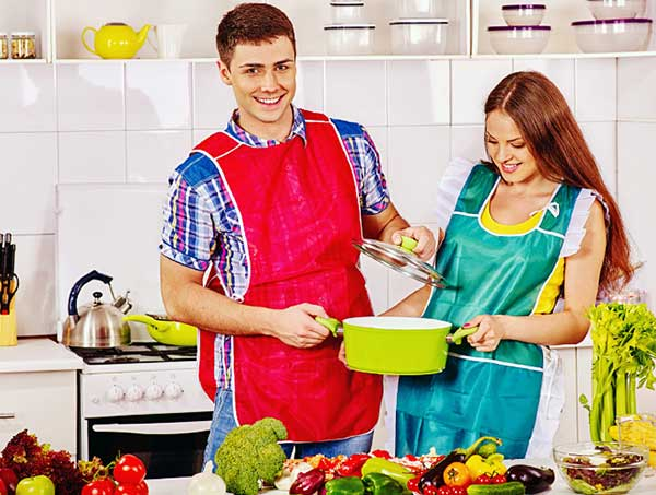 一緒に鍋を持つカップル