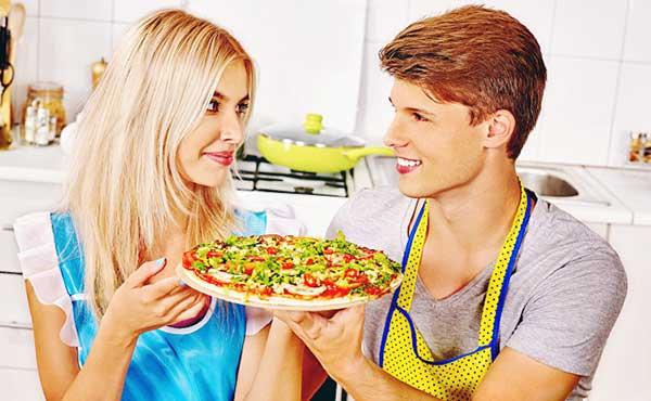 ピザを持つカップル