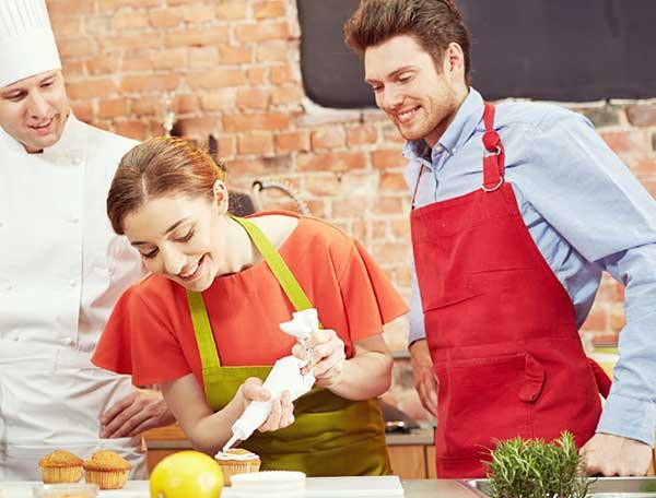 料理を作る男と女