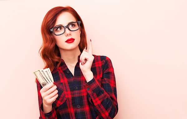 お金を持ち考える女性