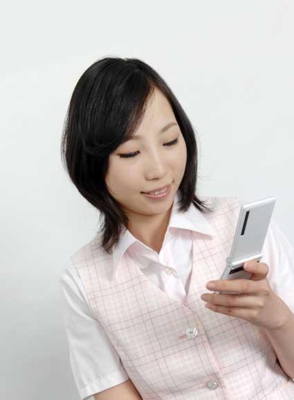 電話やメールで束縛する彼女 男性は女性と脳の働きが違っていて、仕事と恋愛を明確に分けています。仕