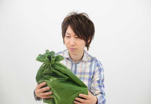 プレゼントに微妙な態度をとる男性