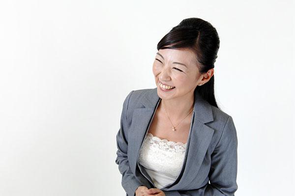 脈なし男にニッコリ笑顔でアピールする女性