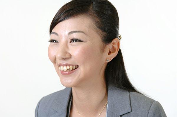 近寄りがたい女性を卒業した近づきやすい笑顔女性