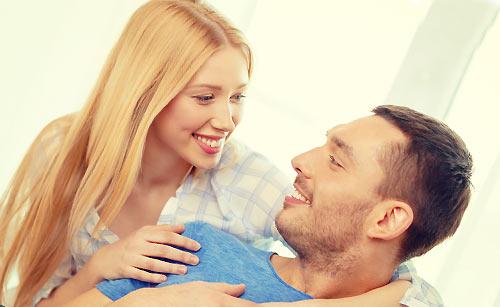 恋人を褒める女性と喜ぶ男性