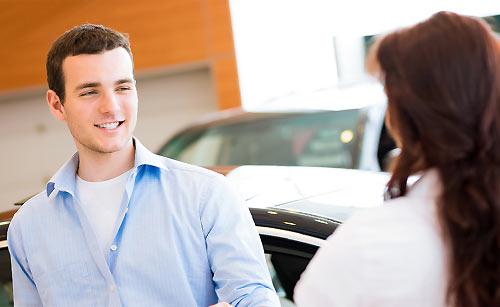 恋人を車で見送る男性