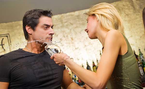 酒に酔って喧嘩するカップル