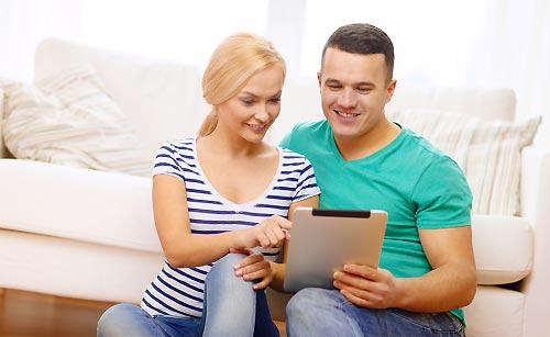旅行先の事前情報を調べるカップル