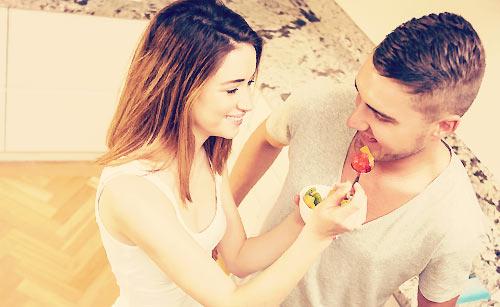 恋人にデザートをあげる女性