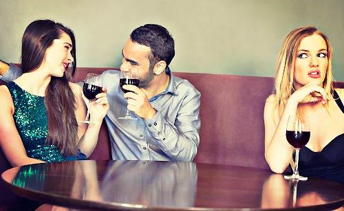 女友達の悪口をスルーするカップル