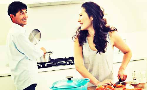 分担して料理をする夫婦