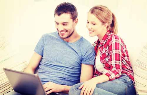 彼女にパソコンの操作方法を教える彼氏