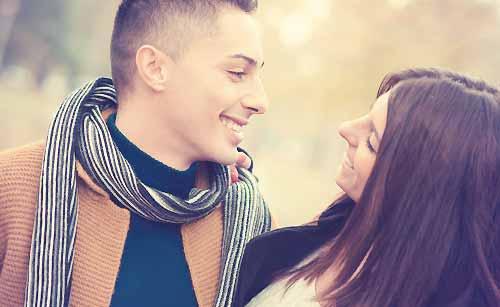 笑顔で向き合うカップル
