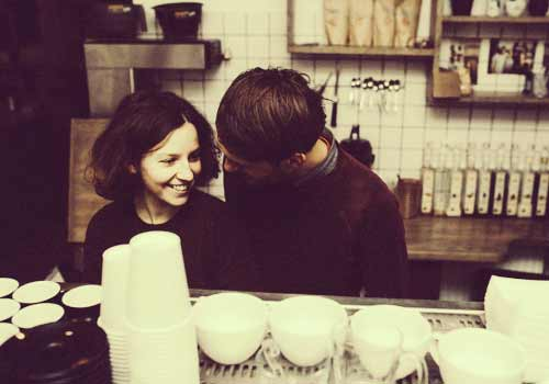 コーヒーを入れるカップル