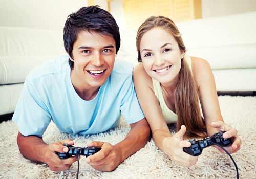 テレビゲームを楽しむカップル