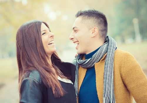 互いに笑いあうカップル