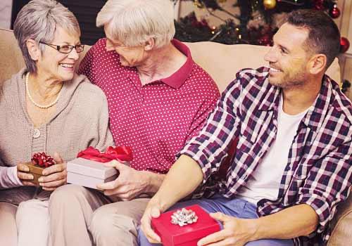 家族とクリスマスを楽しむ男