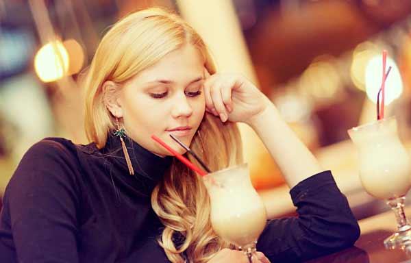 カフェで悲しげに考える女性