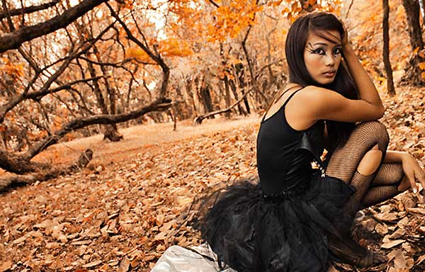 黒の服を着た女性
