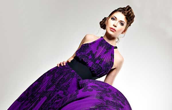 紫の服を着た女性