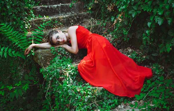赤い服を着た女性