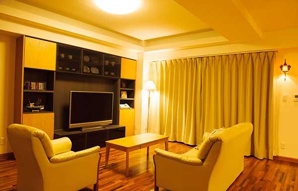 オレンジ色の間接照明をともしている部屋