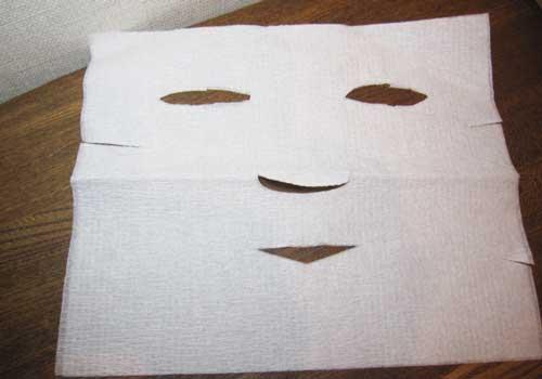 シートパック用のマスクはキッチンペーパーやティッシュをくりぬいて簡単に作れる